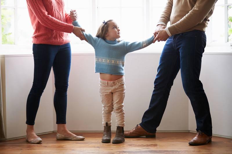 С кем из родителей может остаться жить ребёнок